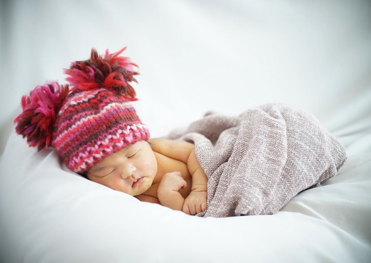 ベッドの上で眠る赤ちゃん