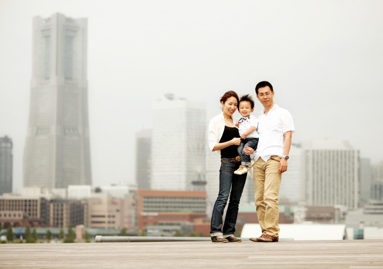 横浜のランドマークを背景に写る親子