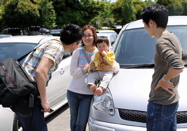 集合場所で談笑するカメラマンと親子