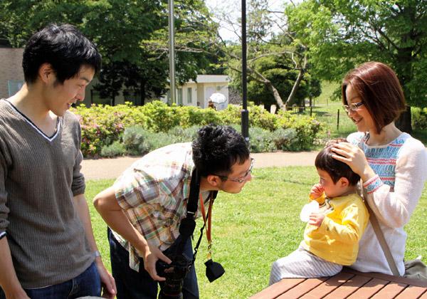 子供に話しかけるカメラマン
